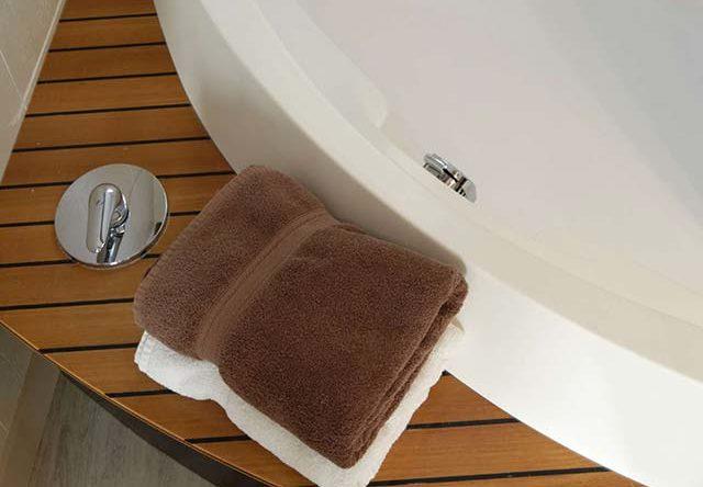 linge de bain au bord de la baignoire